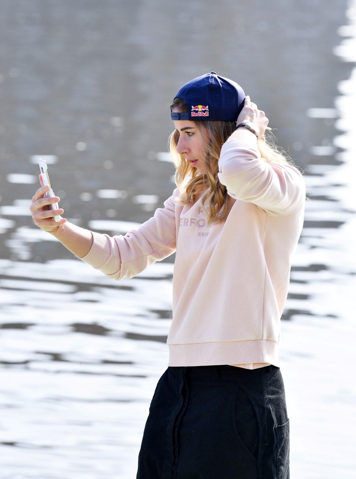 Lyžařka a snowboardistka Ester Ledecká pózovala po tiskové konferenci.