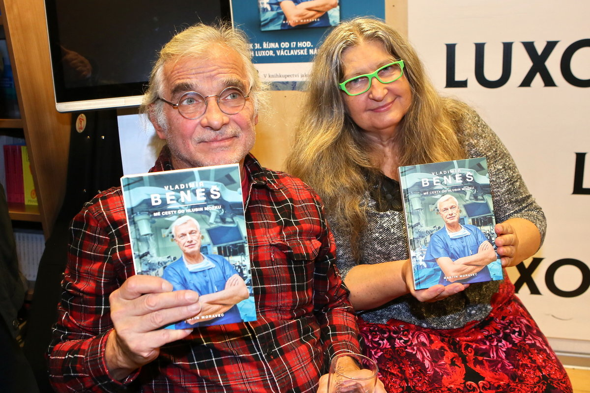 Oldřich  Kaiser a Dáša Vokatá pózují s knihou