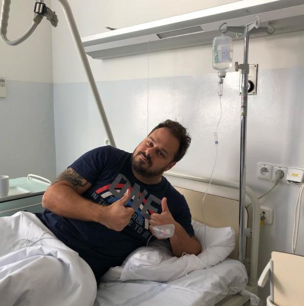 Ani v nemocnici nepřišel o úsměv.