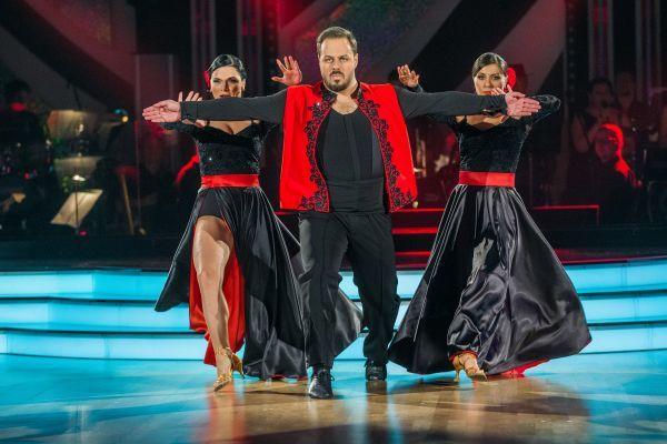 Xindl X měl během posledního kola dvě taneční partnerky, svoji Markétu Dostálovou (vlevo) a ještě jim pomohla Veronika Lálová.
