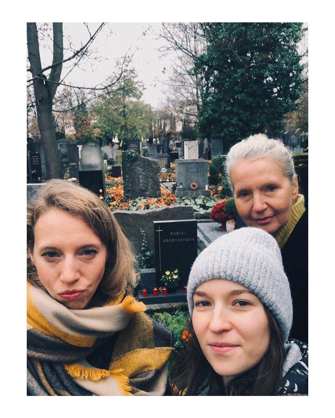 Berenika Kohoutová s rodinou na hřbitově