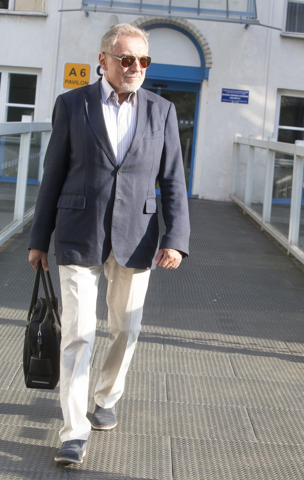 Karel Gott před Všeobecnou fakultní nemocnicí na Karlově náměstí