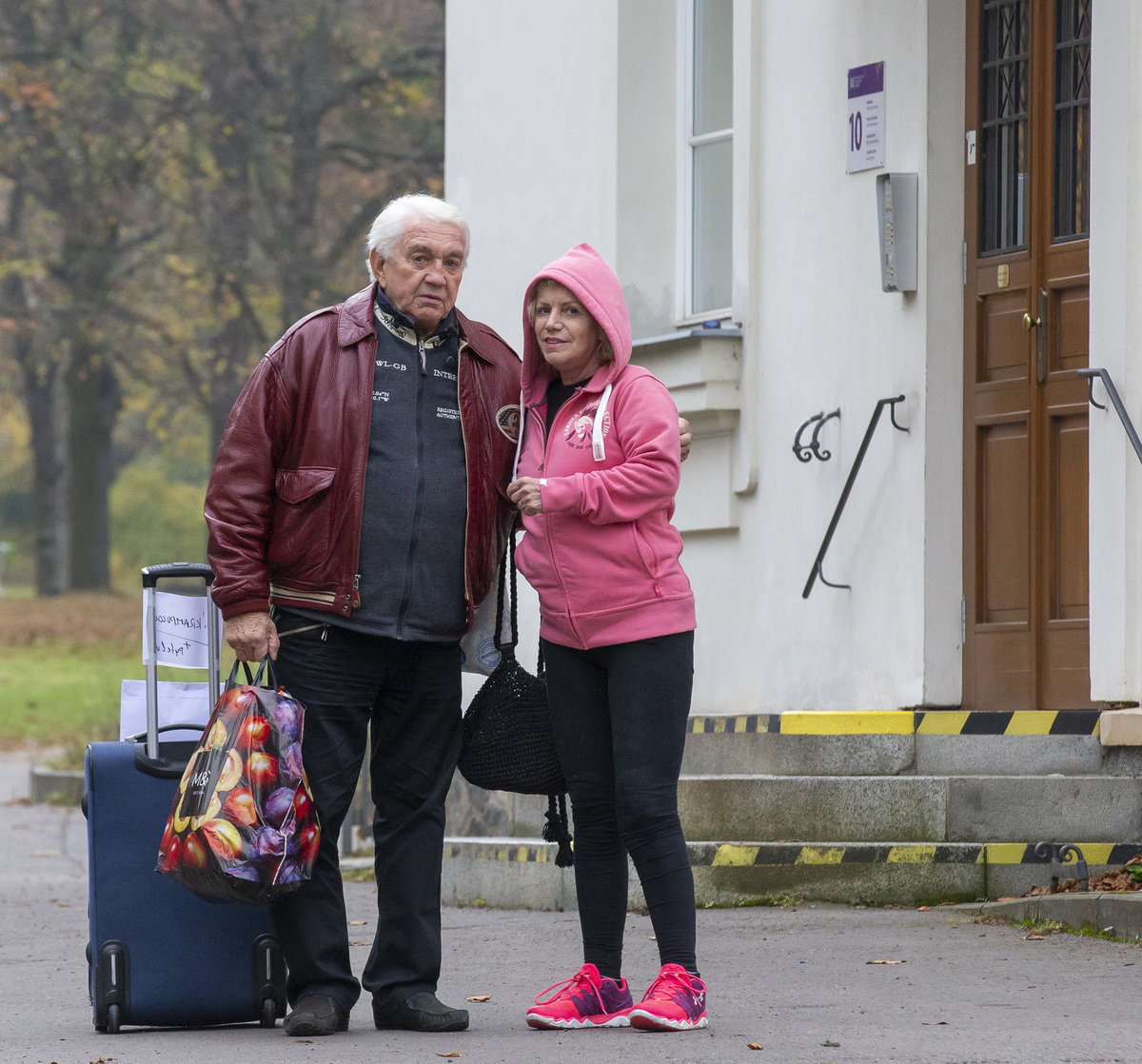Jiří a Hana Krampolovi po návratu z Bohnic