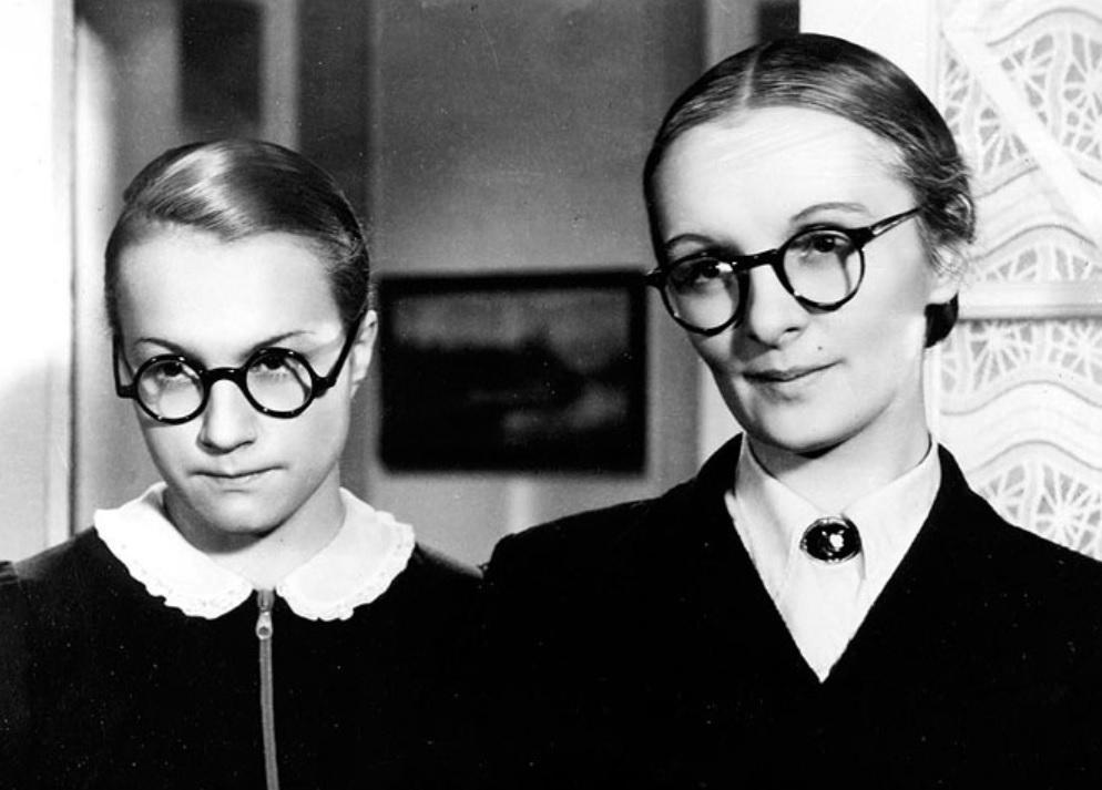 """Mravnost nade vše. V komedii si zahrála Svozilová se svou největší sokyní, Mandlovou. Nenáviděla ji, asi proto, že byla vždy """"ta druhá"""". Na sexappeal Mandlové ale nestačila."""