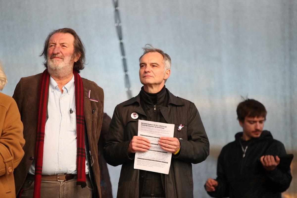 Osobnosti na pódiu během letenské demonstrace spojené s 30. výročím sametové revoluce (16. 11. 2019)
