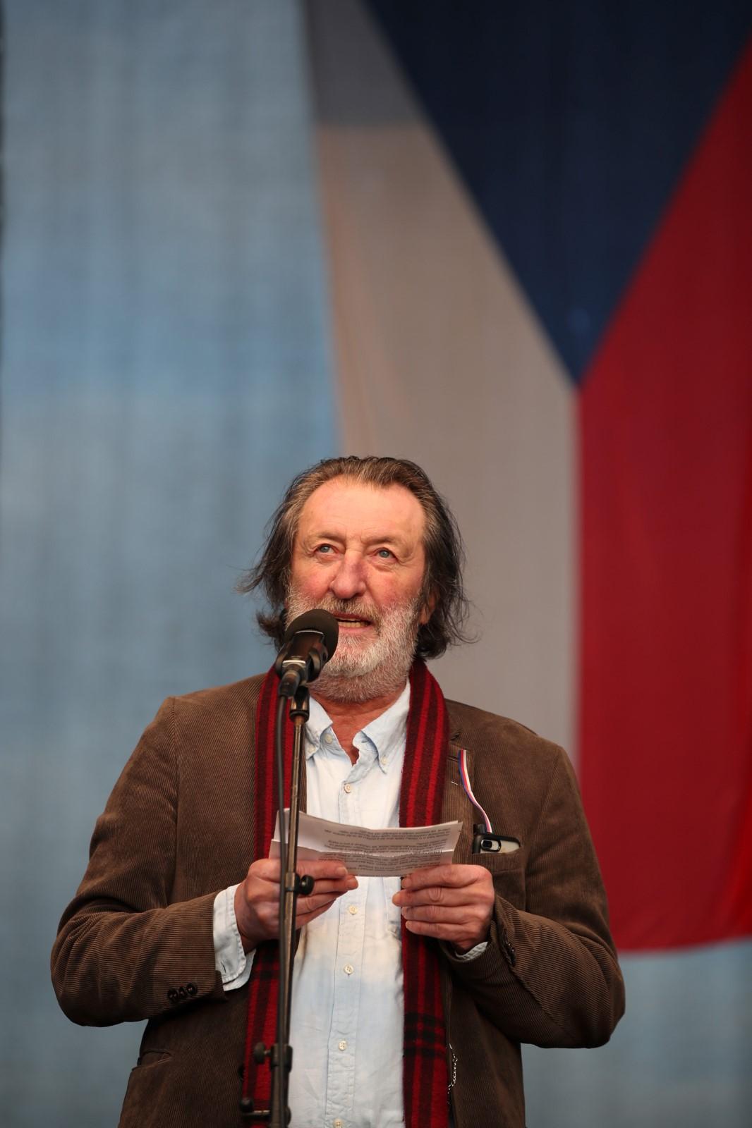 Herec Bolek Polívka hovoří na pódiu během letenské demonstrace spojené s 30. výročím sametové revoluce (16. 11. 2019)