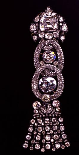 Nárameník z 18. století s drážďanským bílým diamantem.
