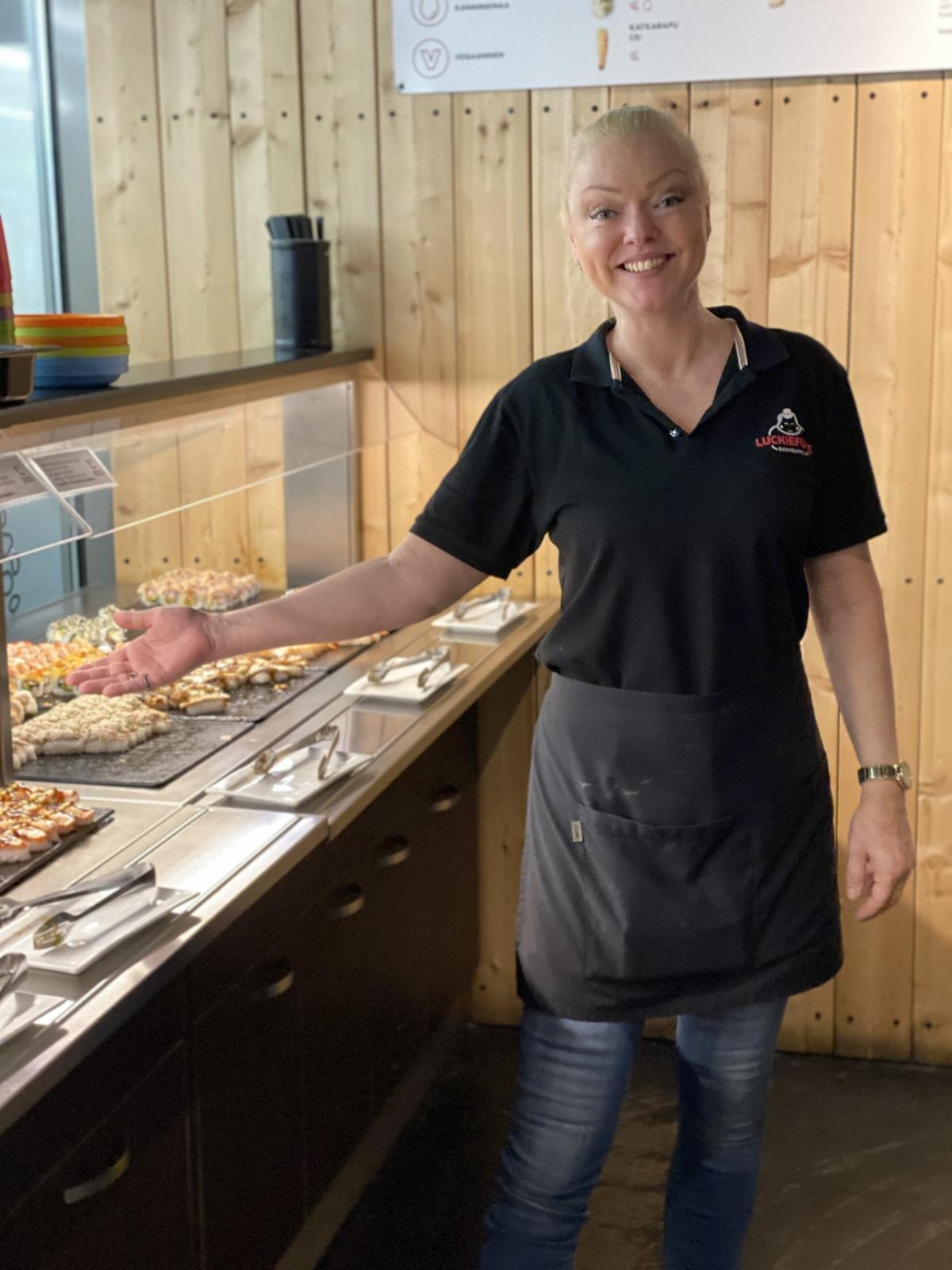 Dominika Gottová jako servírka v Helsinkách