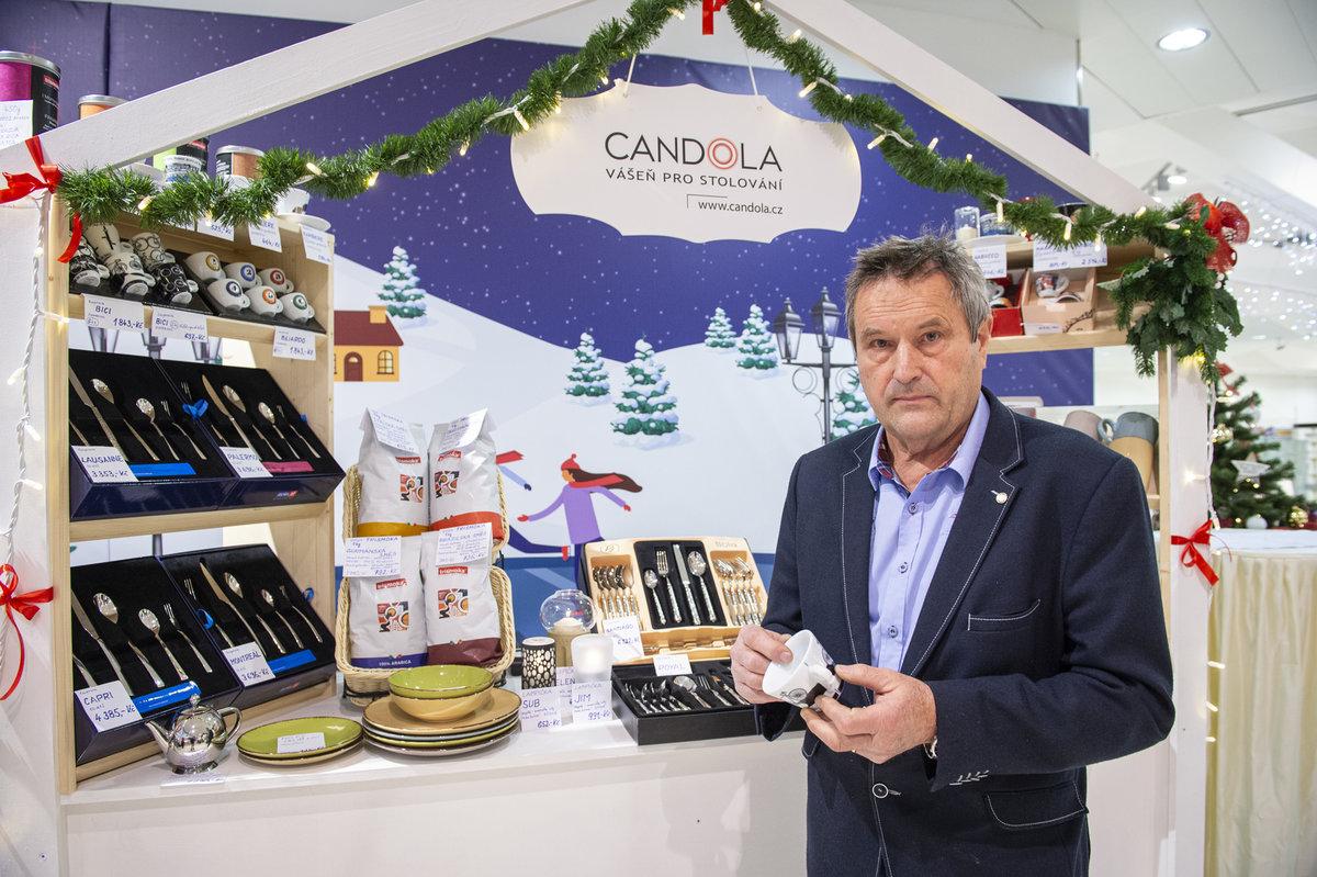 Pan Mlčák prodává luxusní zboží ke stolování značky Candola.