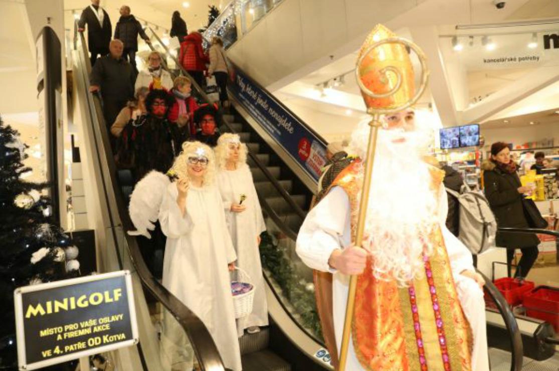 Pohádkové postavy přijely po jezdících schodech.