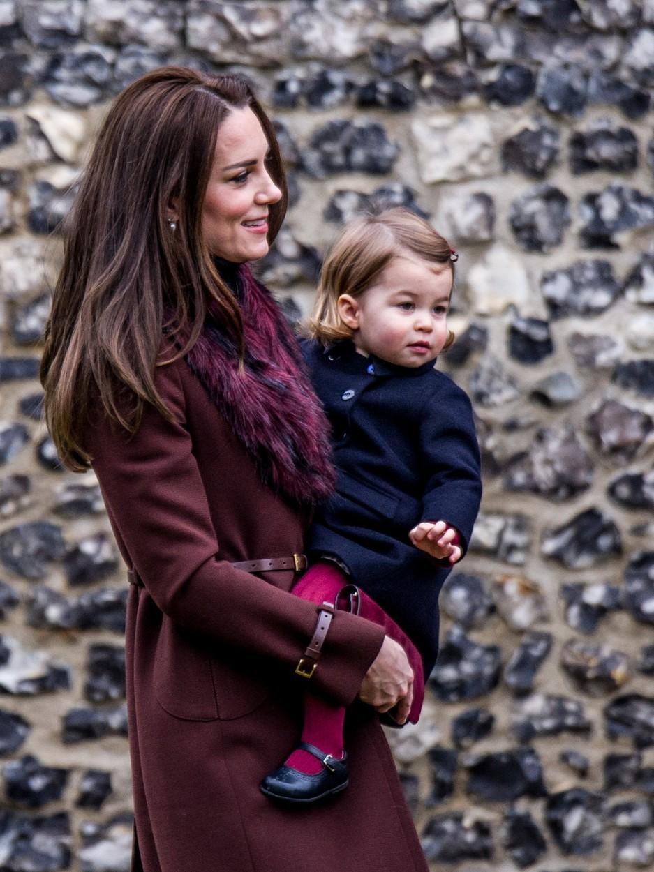 2016: Vévodkyně Kate s princeznou Charlotte u kostela Sv. Marka v Berkshire, kde se společně s manželem, dětmi, rodiči a sourozenci zúčastnila vánoční mše