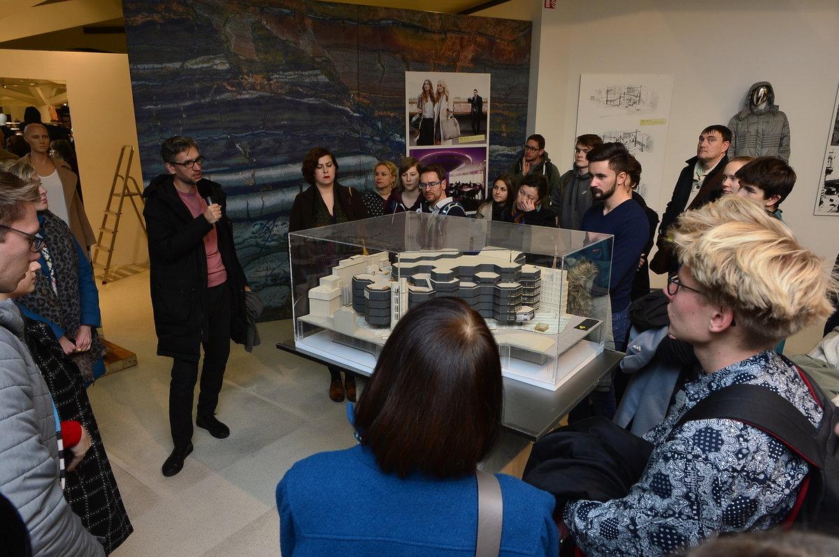 Na modelu představil architekt Gebrian historii Kotvy.