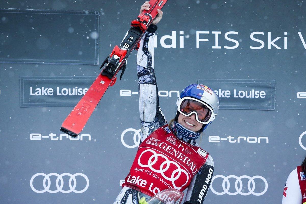 Ester Ledecká si pro senzační triumf dojela s číslem 26, s kterým šokovala loni v Pchjongčchangu, kde získala zlato v superobřím slalomu. I ten tehdy byl kvůli počasí zkrácen.