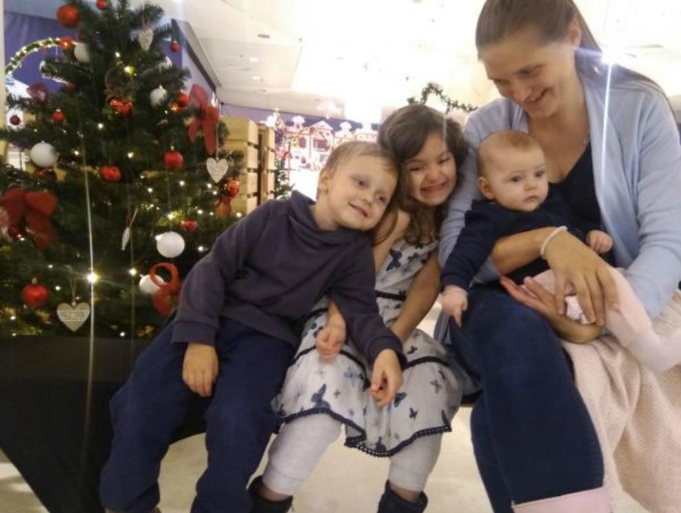 Libor s maminkou, sestřičkou Aničkou a novou kamarádkou Kristýnkou.