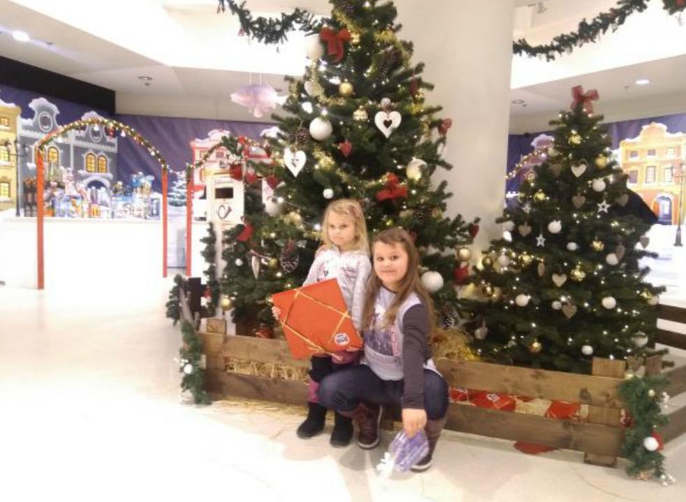 Natálie s Vaneskou si vybraly pod stromečkem dárek…