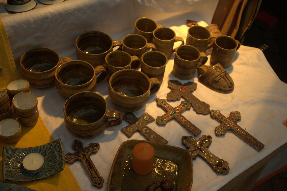 Na nádvoří byly tři stánky, kde si děti budou moci vyzkoušet typické české vánoční zvyky.