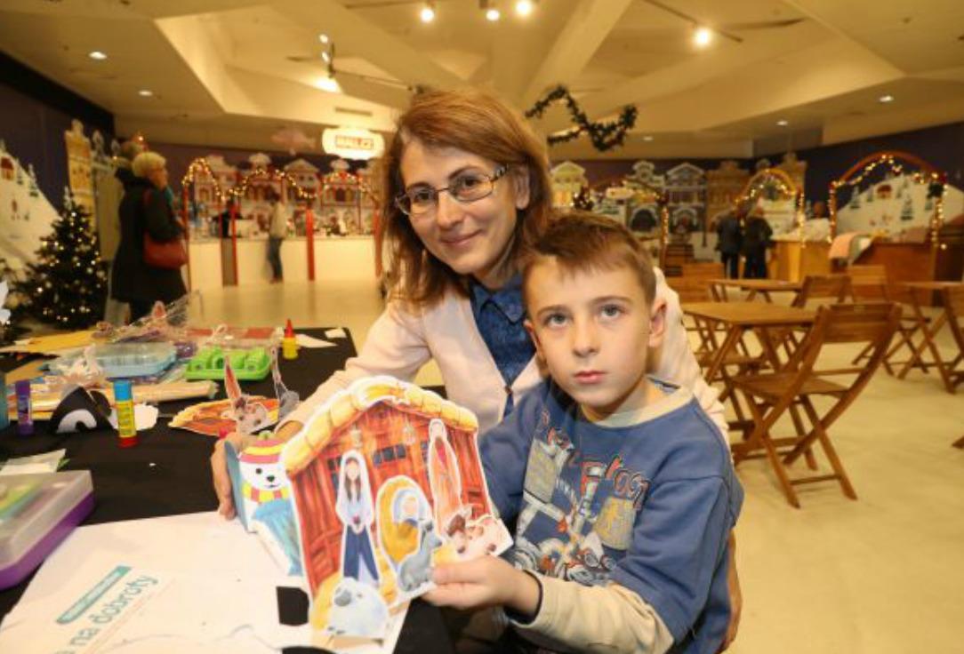 Kryštof s maminkou Andreou vyrobil betlém a krabičku na sladkosti s ledním medvědem.