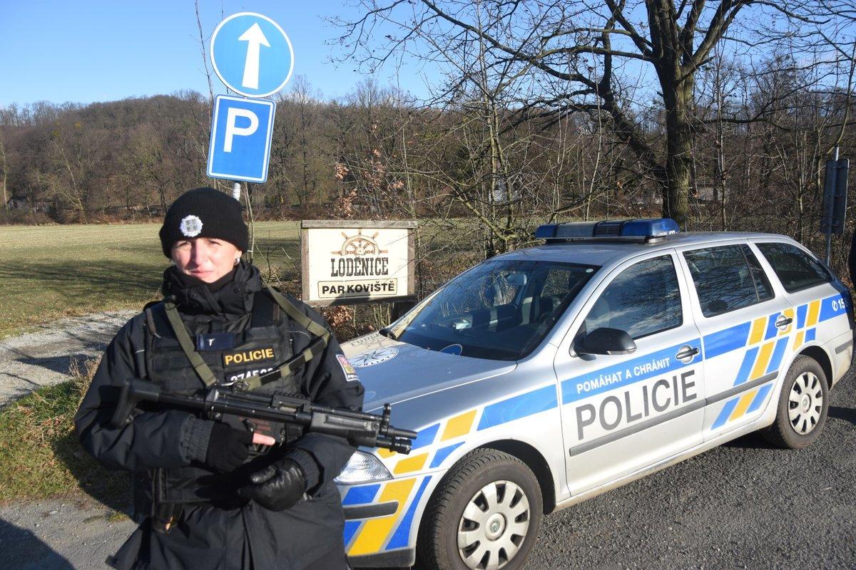 Policisté prohledávají prostor u přejezdu v Děhylově, kde se zastřelil vrah z Fakultní nemocnice.