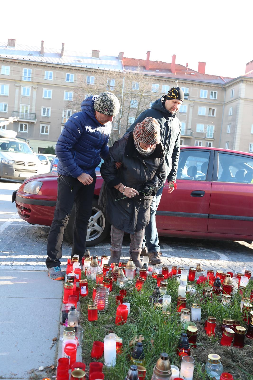 Pozůstalí, příbuzní a známí přišli ve středu k pietnímu místu před FN Ostrava. Vrah Ctirad Vitásek (†42) je z nepochopitelných důvodů připravl o nejbližší.