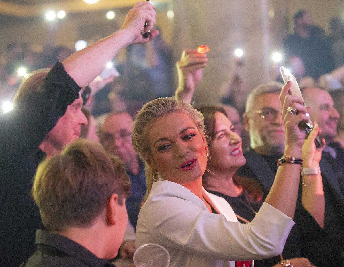 Koncert Hany Zagorové v Lucerně: Lucie Borhyová se celou dobu vrtěla, fotila a natáčela