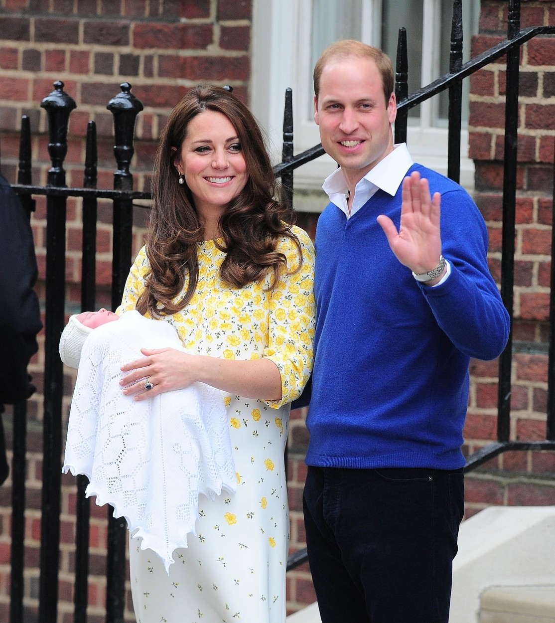 Vévodkyně Kate a princ William opouští porodnici s malou Charlotte (2015)