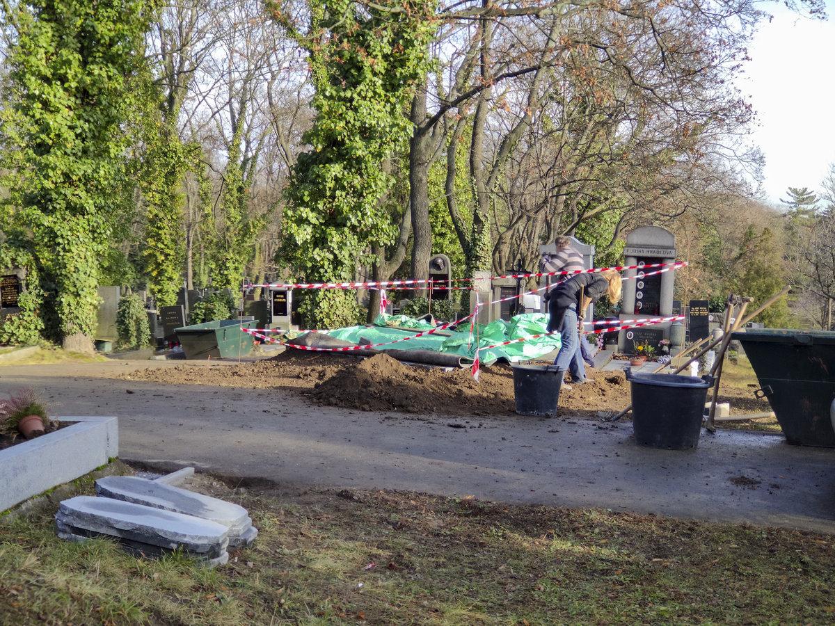 Práce na hrobě Karla Gotta