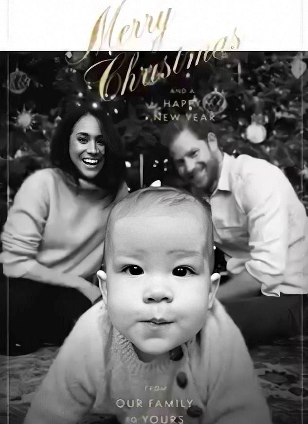 Vánoční foto vévodkyně Meghan a prince Harryho se fanouškům moc nezdálo.