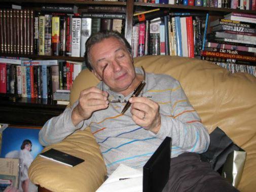 Karel Gott si prohlíží jeden z vánočních dárků. (2008)