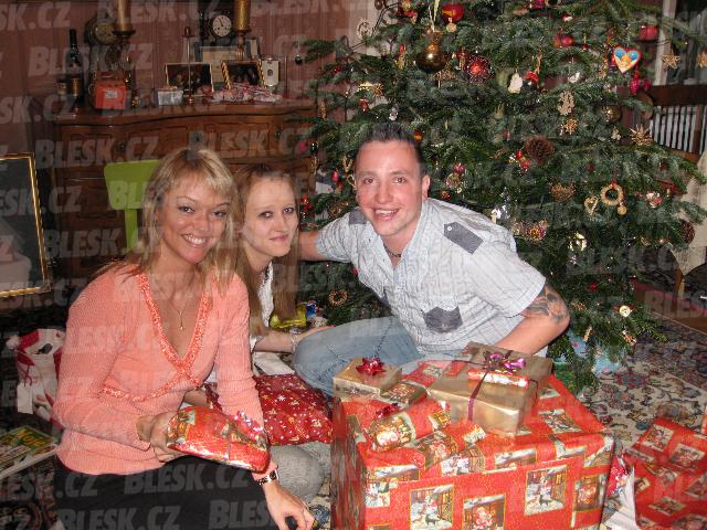 2008: Dcery Karla Gotta Dominika a Lucie s manželem Janem o Vánocích
