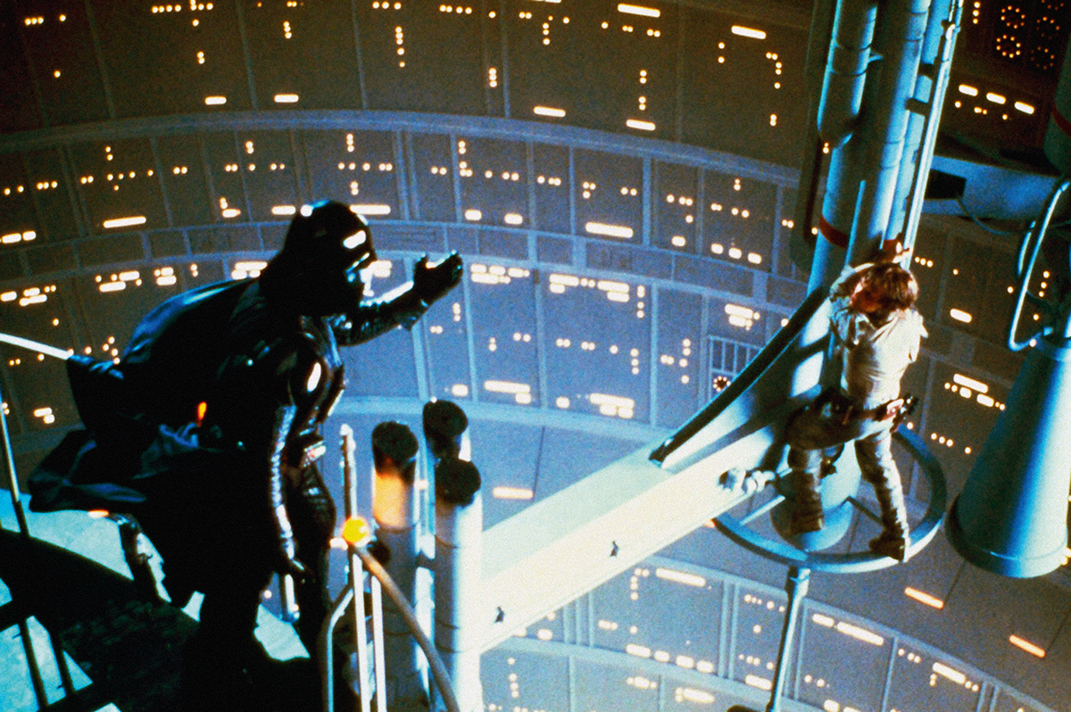Jedno znejděsivějších rodinných setkání vdějinách kinematografie. Vefilmu Impérium vrací úder Darth Vader prozradí Luku Skywalkerovi, že je jeho otec. Krátce předtím mu usekne ruku.