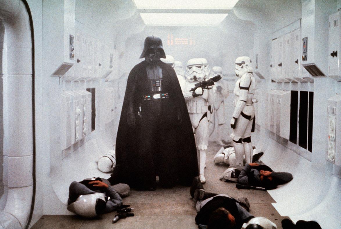 Trvá jen čtyři minuty a34vteřin, než vefilmu Nová naděje vstoupí nascénu Darth Vader. Jen ztoho, jak vypadá, mluví, ahlavně dýchá, víme, že stímhle chlapíkem se nežertuje.