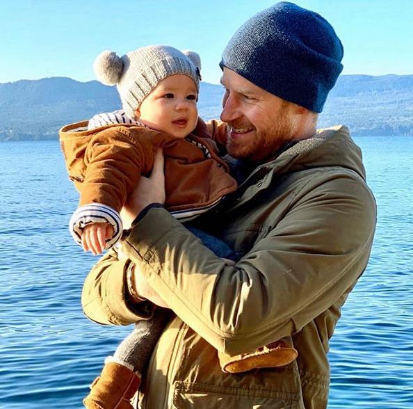 Harryho s malým Archiem v náručí.