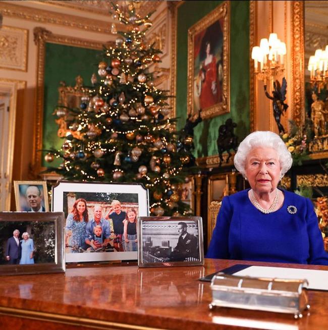 U královny Alžběty II. na stole fotka Harryho a Meghan chybí...