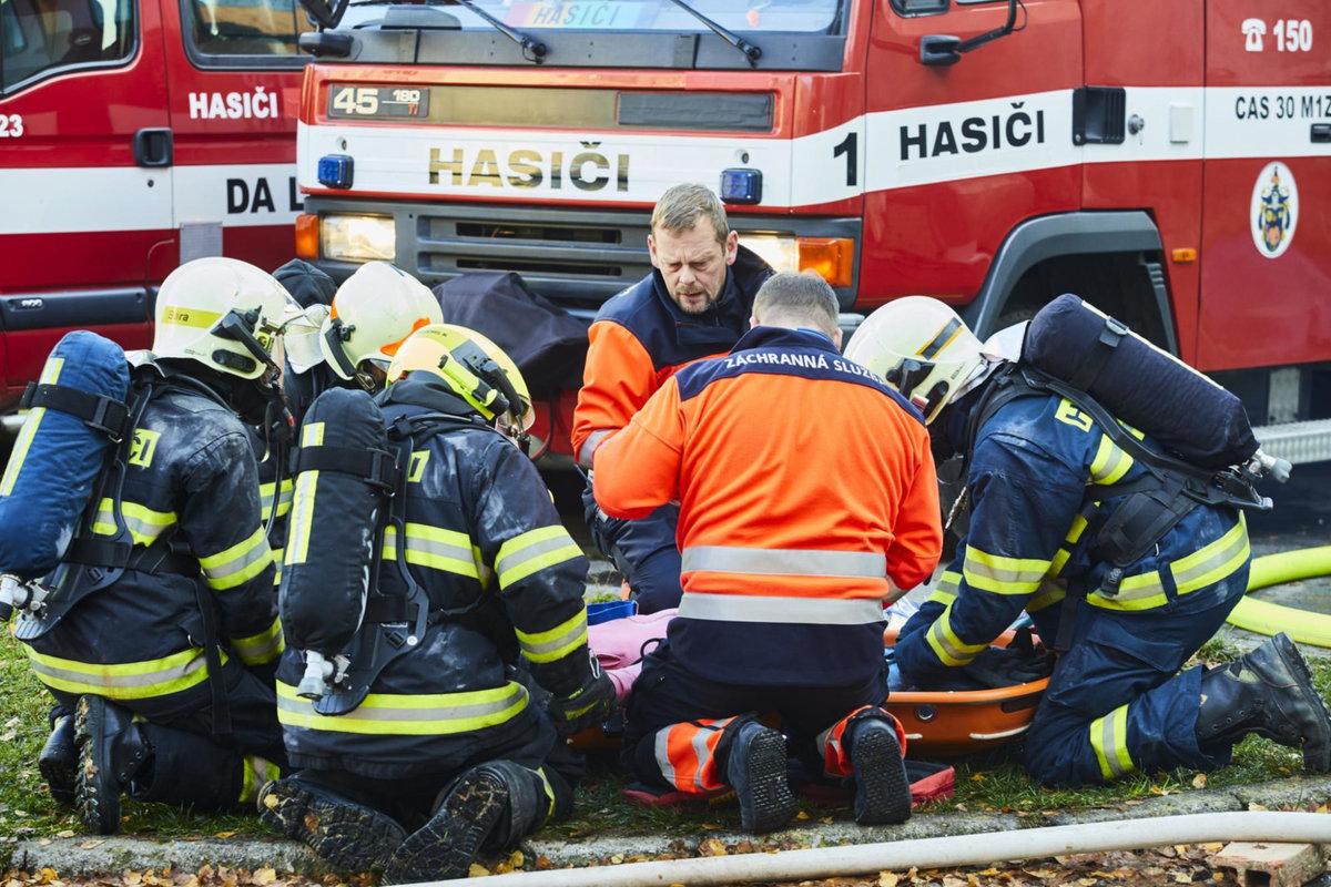 Během natáčení museli pomáhat pyrotechnici i skutečné záchranné složky.