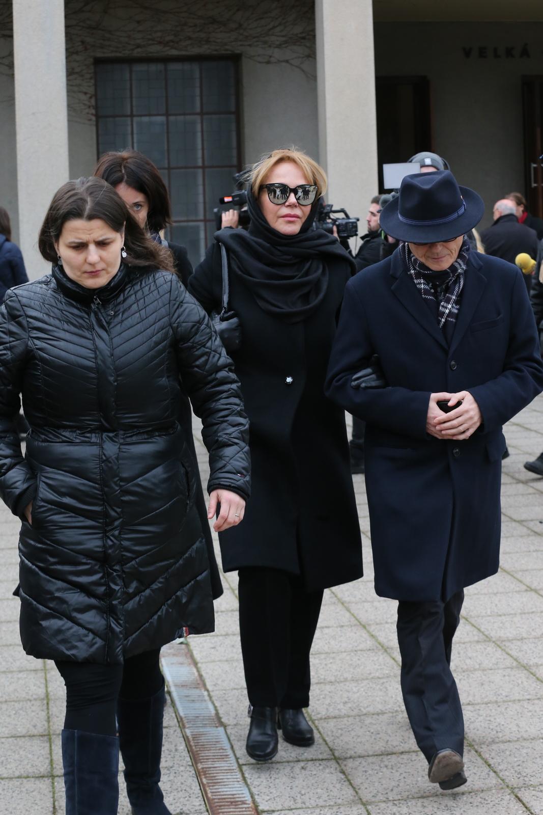 Dagmar Havlová odchází z pohřbu Táni Fischerové