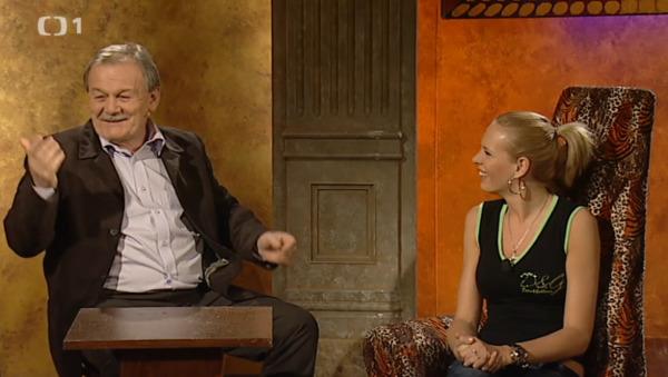 Dianu Kobzanovou zpovídal u prostého stolu.