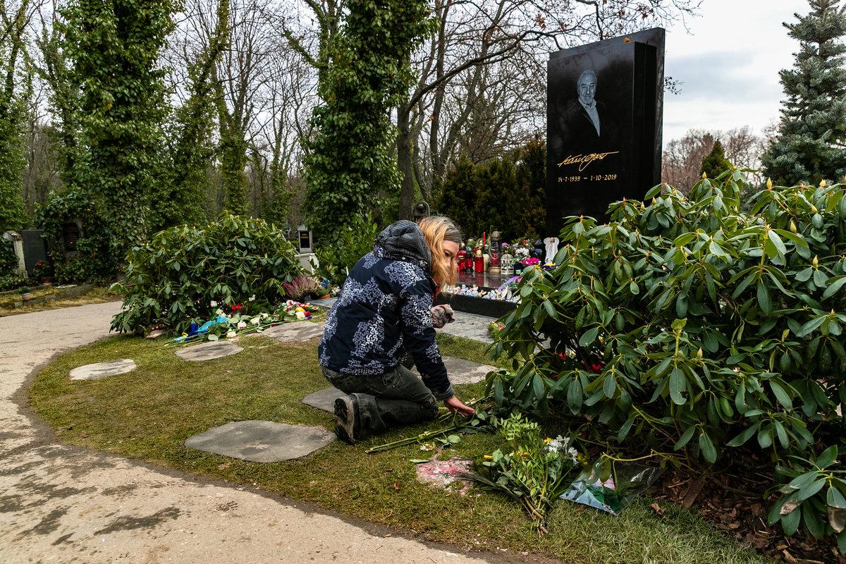13. 1. 2020, 10:45 hod., Praha-Smíchov. Hřbitovní správa uklízela následky po pondělním požáru.