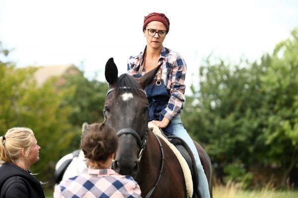 Když se musela posadit na koně, nevypadala šťastně.