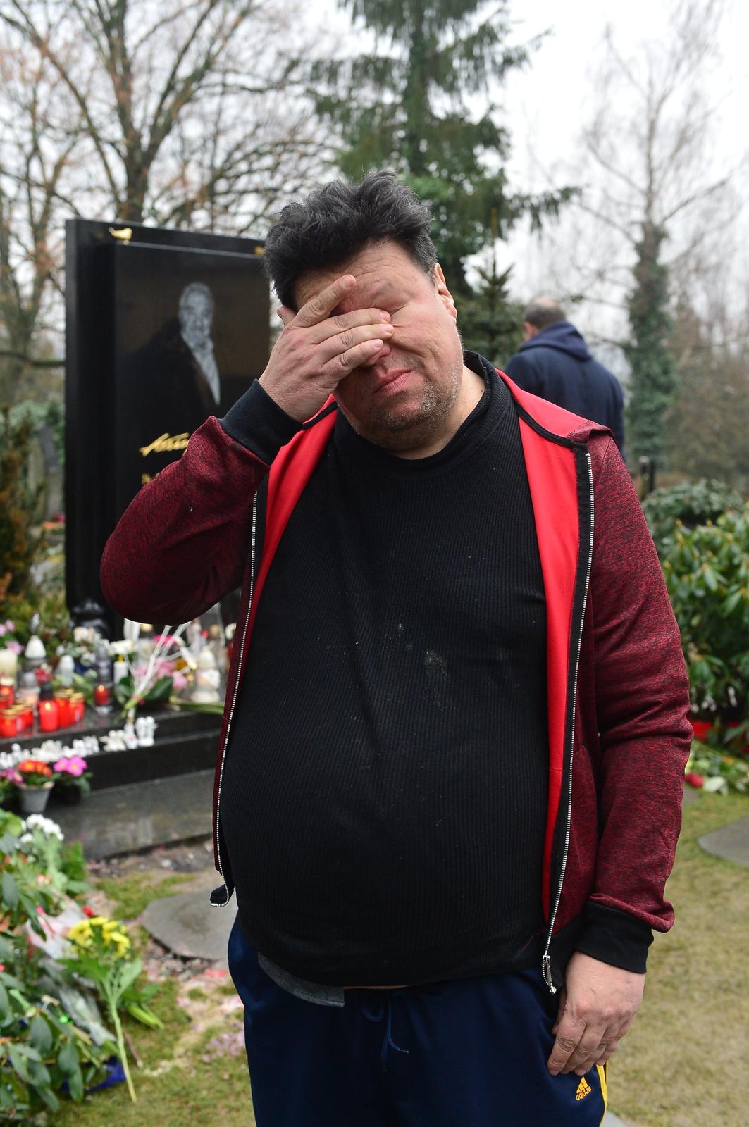 Timo Tolkki na hrobě Karla Gotta