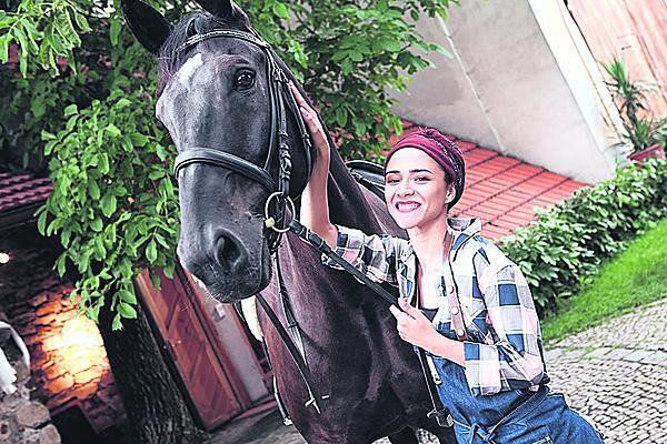 Z koní má herečka respekt.