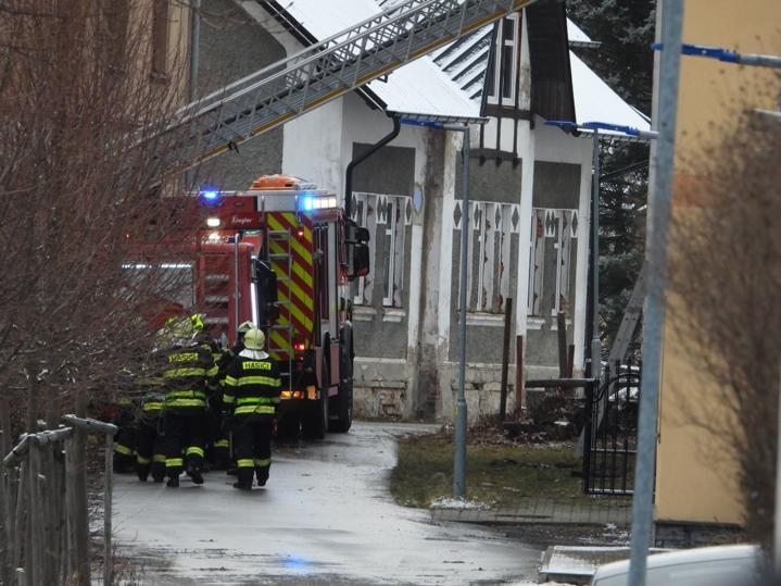 Hasiči stále zůstávají na místě tragického požáru ve Vejprtech, při kterém zemřelo osm lidí. Probíhá vyšetřování