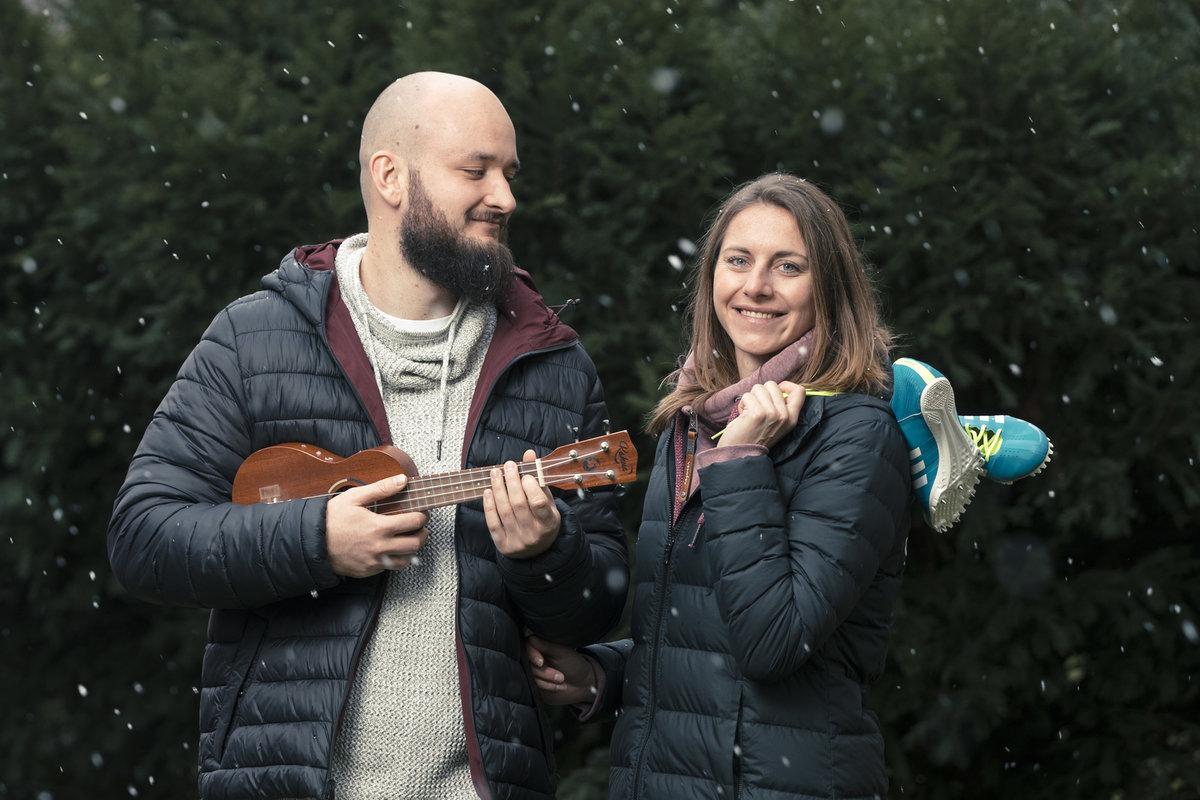 Pokáč umí hrát na ukulele a kytaru, na obojí se učil sám.