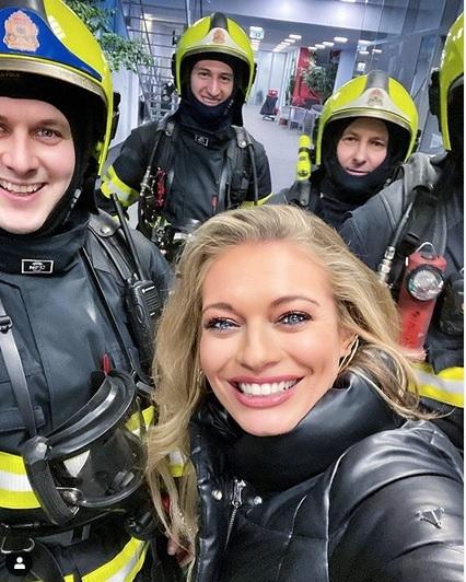 Lucie Borhyová s hasiči