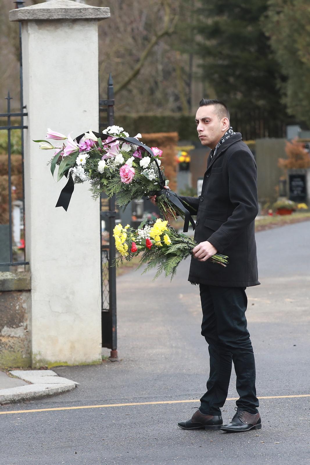 Všichni nosili obrovské pugety květin.