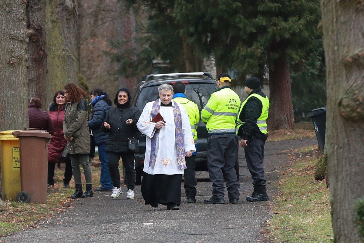 Kněz odcházel mezi prvními.