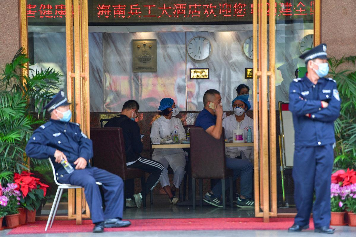 Čínu děsí koronavirus: Na veřejnosti se lidé pohybují jednině v maskách, screening probíhá na letištích i v restauracích.