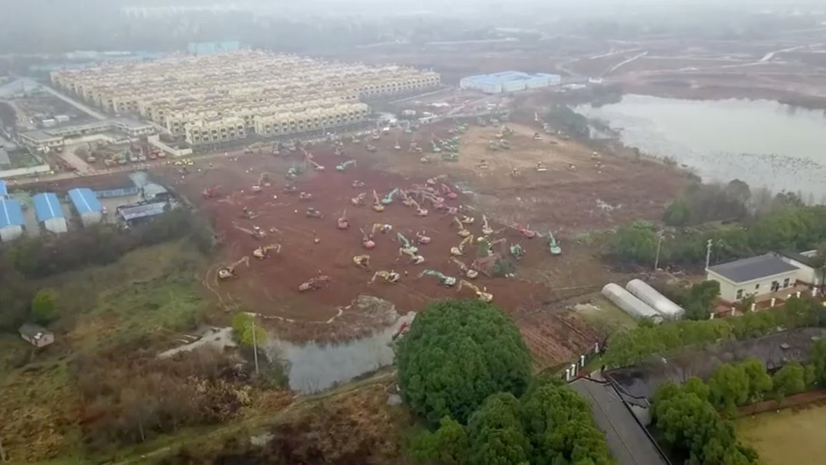 Čína staví kvůli koronaviru ve města Wu-Chan novou nemocnici.