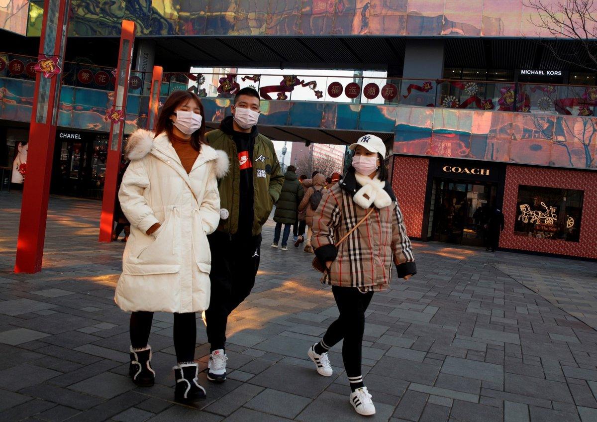 Roušky už nosí i lidé v metropoli Peking. (25.1.2020)