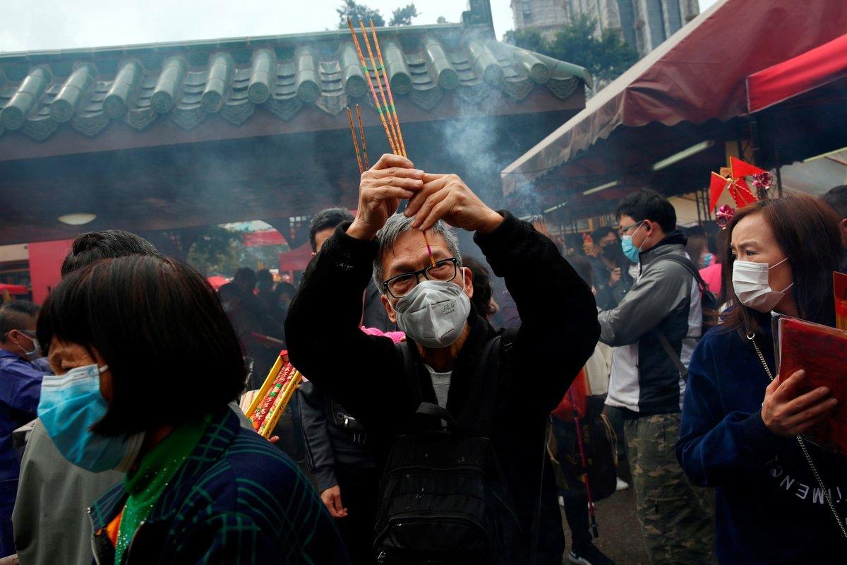 Lidé oslavují nový lunární rok, bez roušek se neobejdou