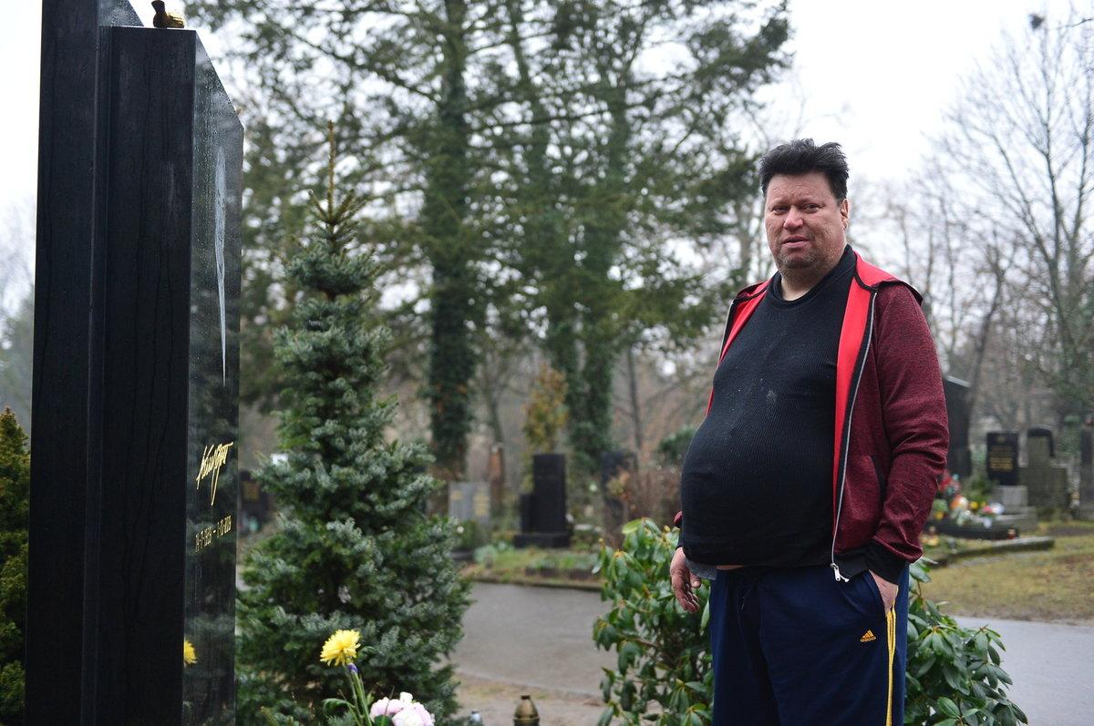 Timo Tolkki u hrobu Karla Gotta